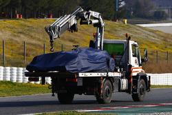 La Red Bull Racing RB13 de Daniel Ricciardo, ramenée aux stands à l'arrière d'un camion