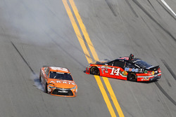 Crash: Brian Vickers, Stewart-Haas Racing Chevrolet and Carl Edwards, Joe Gibbs Racing Toyota