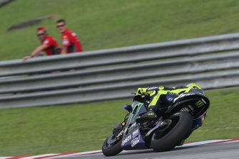 Danilo Petrucci, Ducati Team watches Valentino Rossi, Yamaha Factory Racing