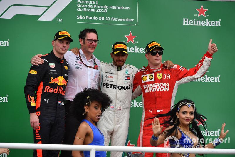 (Da sx a dx): Max Verstappen, Red Bull Racing, Andy Shovlin, Chief Engineer, Mercedes-AMG F1, Lewis Hamilton, Mercedes AMG F1 e Kimi Raikkonen, Ferrari, festeggiano sul podio con le ballerine di Samba