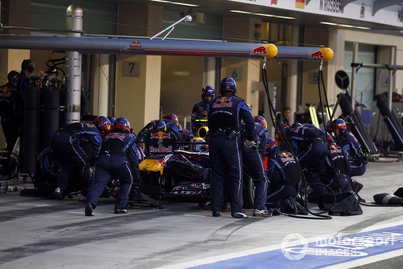 А затем случился второй ключевой момент Гран При: Уэббер ошибся на выходе из поворота и задел правым задним колесом барьер до искр. В Red Bull перестраховались и зазвали Марка на относительно ранний пит-стоп