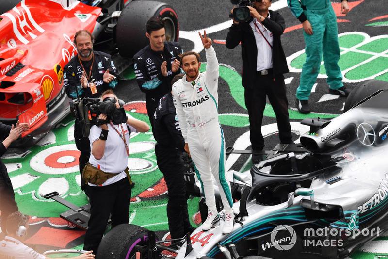 Lewis Hamilton, Mercedes AMG F1 W09 EQ Power+, merayakan gelar juara dunia kelimanya