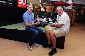 Mika Hakkinen and Mark Sutton with the Flying Finn photo from the 1993 Australian GP