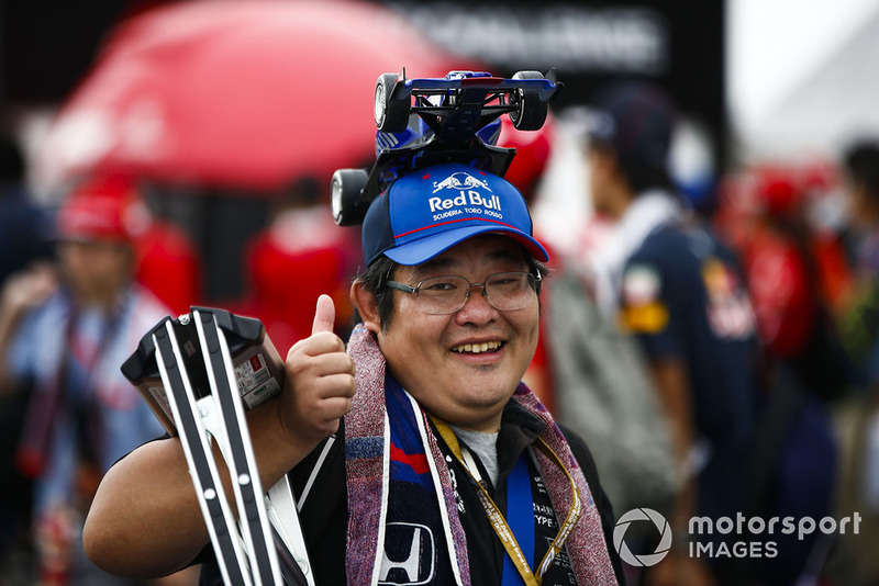 A fan with a Toro Rosso model car hat