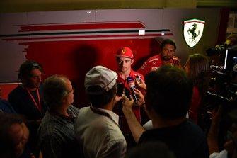 Charles Leclerc, Ferrari discute avec les médias