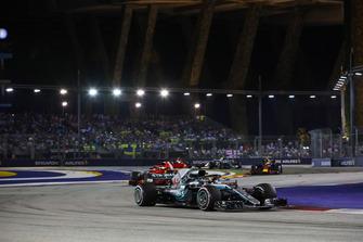 Lewis Hamilton, Mercedes AMG F1 W09 EQ Power+, precede Sebastian Vettel, Ferrari SF71H, e Max Verstappen, Red Bull Racing RB14