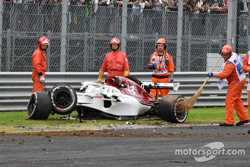 Les commissaires et la voiture accidentée de Marcus Ericsson, Alfa Romeo Sauber C37 après son crash en essais libres 2