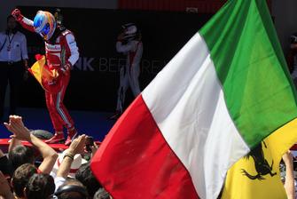 Fernando Alonso, Ferrari, fête sa victoire dans le parc fermé