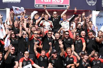 Racewinnaar Ott Tänak, Martin Järveoja, Toyota Gazoo Racing viert de zege