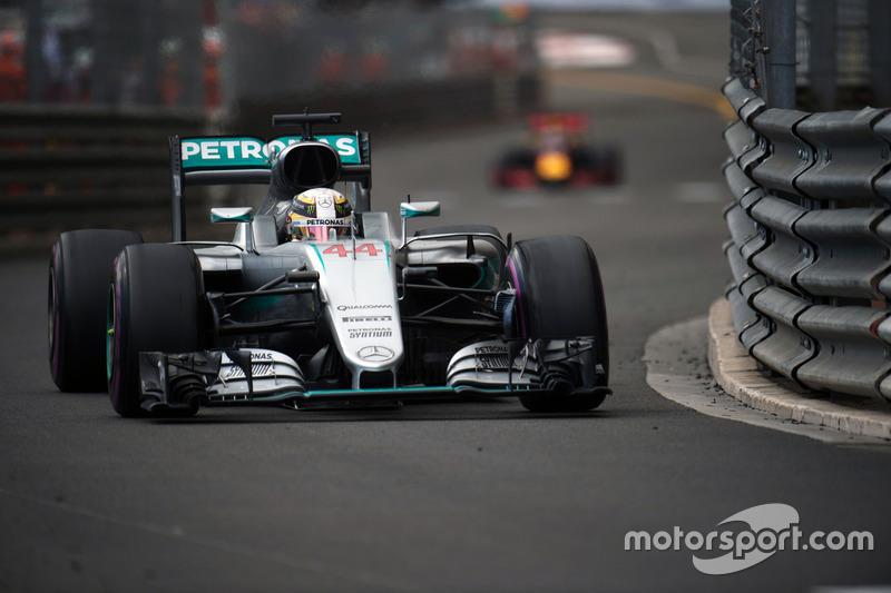 Lewis Hamilton, Mercedes AMG F1 W07 Hybrid precede Daniel Ricciardo, Red Bull Racing RB12