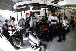 Stoffel Vandoorne, McLaren MP4-31, in der Box