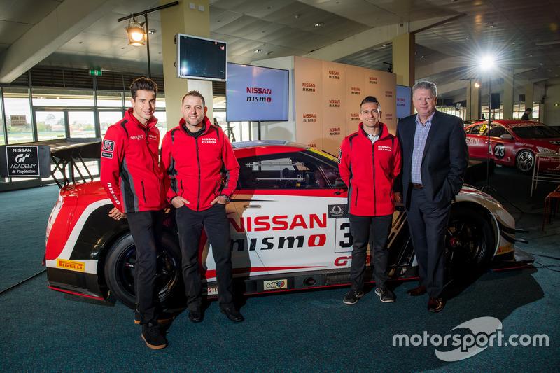 Rick Kelly, Nissan Motorsport; Todd Kelly, Nissan Motorsport; Richard Emery, Nissan-Sportchef in Australien; Michael Caruso, Nissan Motorsport