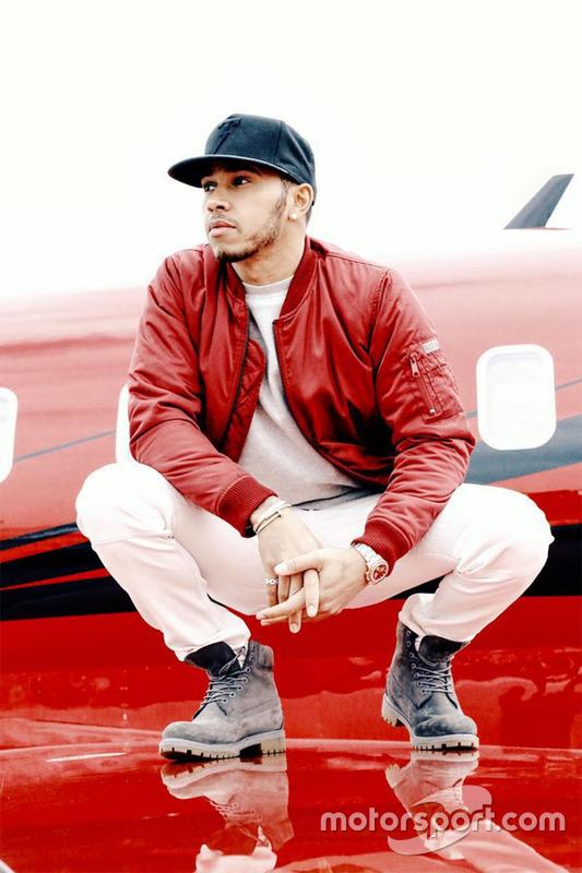 Hamilton sobre un ala del avión