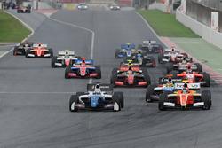 Старт гонки: Егор Оруджев, Arden Motorsport; Том Дильман, AVF