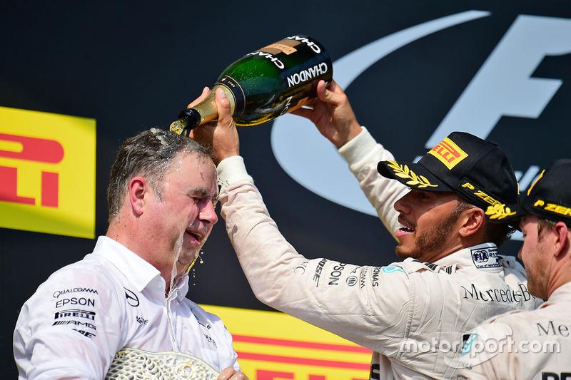 Ron Meadows, director del equipo Mercedes GP se celebra en el podio Lewis Hamilton y Nico Rosberg, Mercedes AMG F1, Mercedes AMG F1