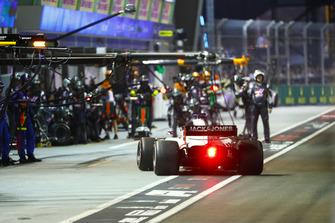 Romain Grosjean, Haas F1 Team VF-18, effettua un pit stop
