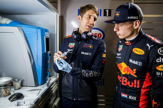 Max Verstappen, Red Bull Racing con un miembro del equipo Red Bull Racing ExxonMobil