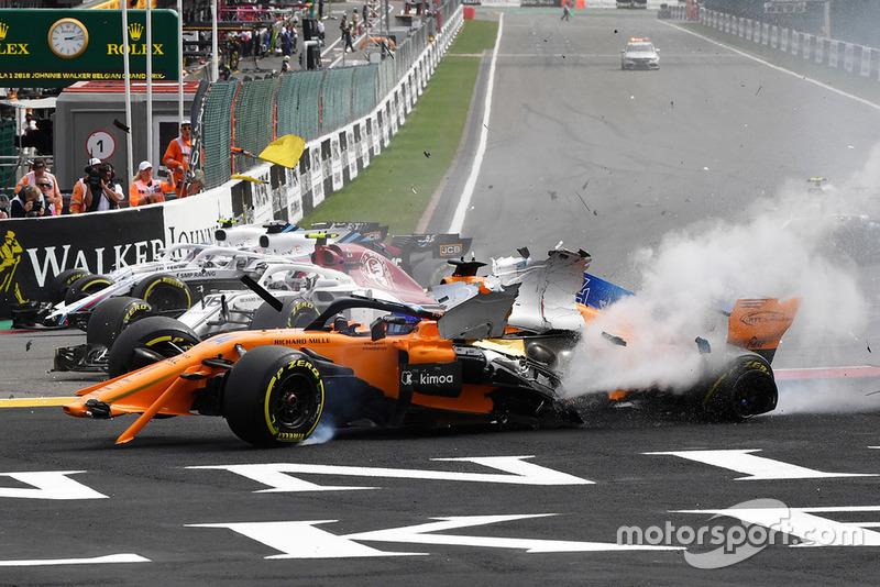 Fernando Alonso, McLaren MCL33 crashes at the start