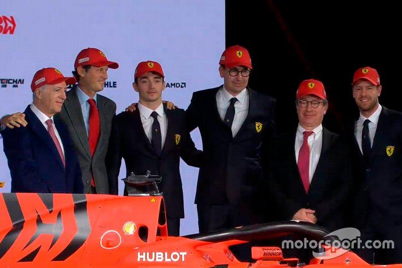 Charles Leclerc, Ferrari, Sebastian Vettel, Ferrari et des membres de l'équipe