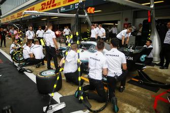 Prova di pit stop del team Mercedes AMG F1, con una W09