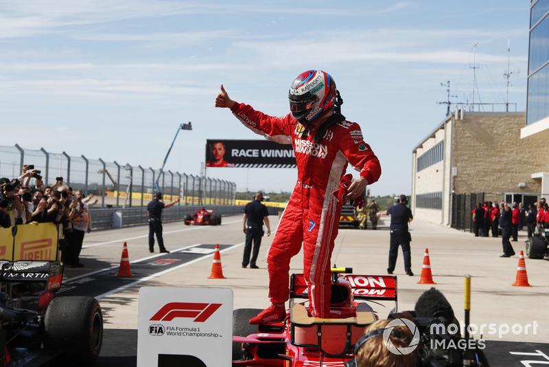 Il vincitore della gara Kimi Raikkonen, Ferrari, festeggia nel parco chiuso