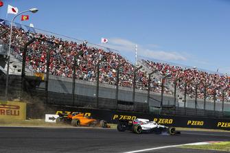 Fernando Alonso, McLaren MCL33, sale de la pista detrás Lance Stroll, Williams FW41