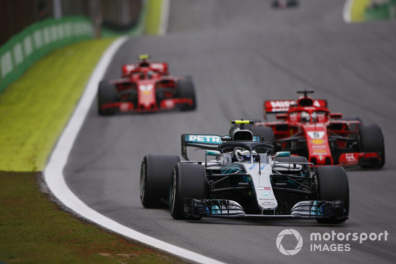Valtteri Bottas, Mercedes AMG F1 W09, devant Sebastian Vettel, Ferrari SF71H, et Kimi Raikkonen, Ferrari SF71H.