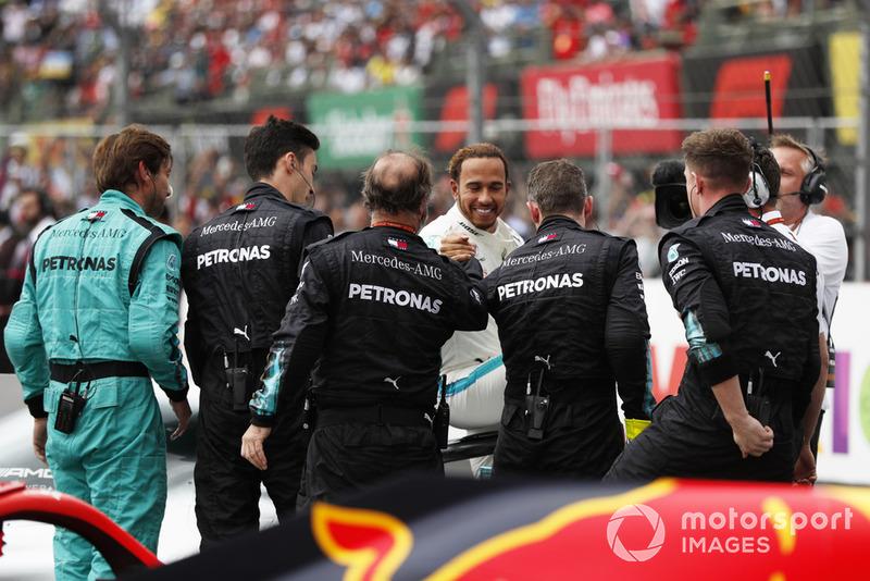 Lewis Hamilton, Mercedes AMG F1, celebra con su equipo luego de ganar su quinto Campeonato Mundial