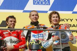 Podio: il vincitore della gara Valentino Rossi, Repsol Honda Team, il secondo classificato Loris Capirossi, Ducati Team, il terzo classificato Nicky Hayden, Repsol Honda Team