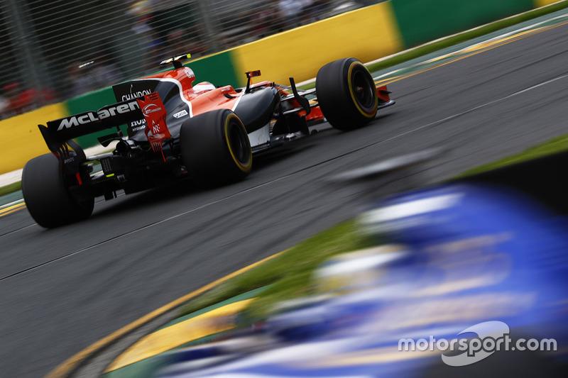 Stoffel Vandoorne, McLaren MCL32, lidera a Marcus Ericsson, Sauber C36