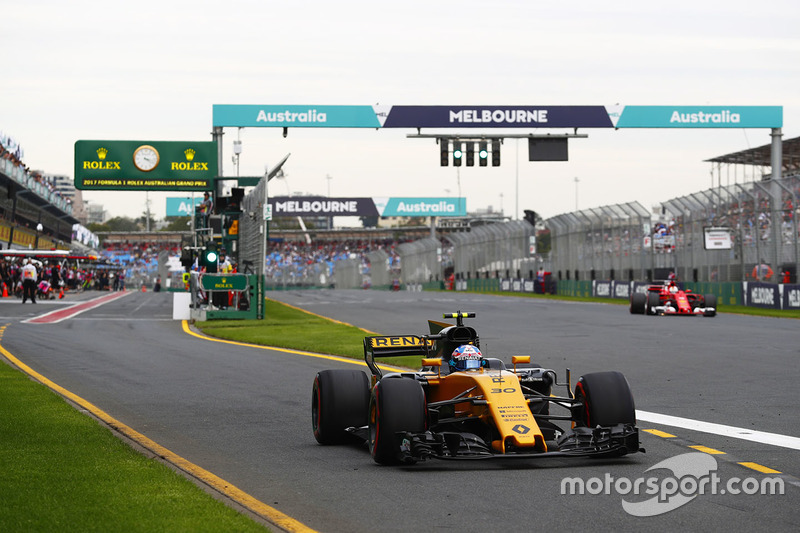 Jolyon Palmer, Renault Sport F1 Team RS17; Sebastian Vettel, Ferrari SF70H
