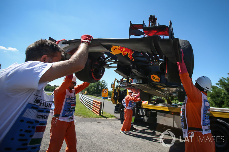 El auto de Daniel Ricciardo, Red Bull Racing RB13 es recuperado por los oficiales
