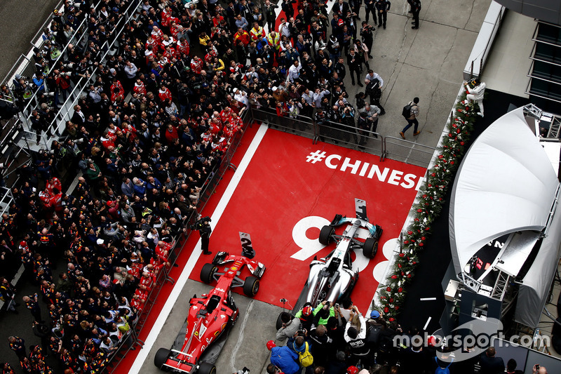 Гран При Китая – организаторы гонки отметили 958-й Гран При в истории Ф1 надписью под подиумом