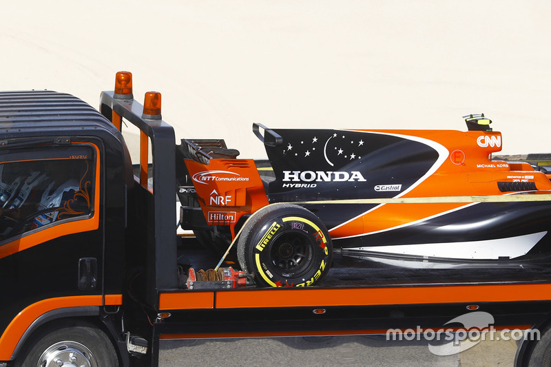 The car of Stoffel Vandoorne, McLaren MCL32, is returned to the garage