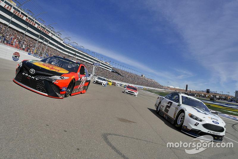 Brad Keselowski, Team Penske Ford, Martin Truex Jr., Furniture Row Racing Toyota durante el calentamiento