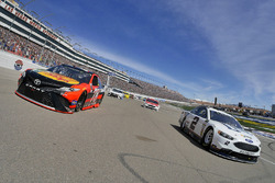 Brad Keselowski, Team Penske Ford, Martin Truex Jr., Furniture Row Racing Toyota durante el calentam