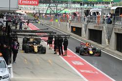 Jolyon Palmer, Renault Sport F1 Team RS17 y Max Verstappen, Red Bull Racing RB13