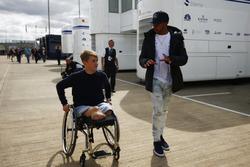 Lewis Hamilton, Mercedes AMG F1, discute avec Billy Monger