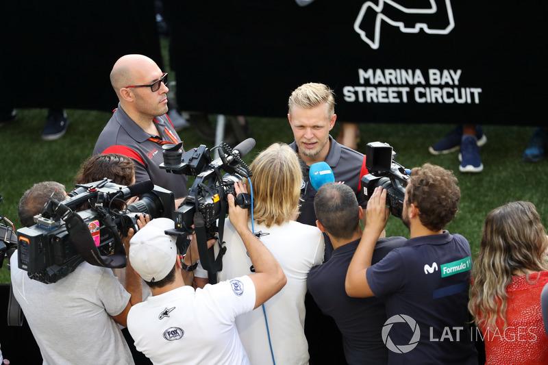 Kevin Magnussen, Haas F1 Team, gibt Interviews