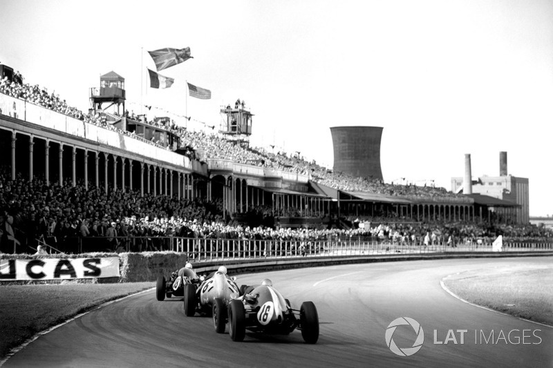 Maurice Trintignant, Cooper T51-Climax, devant Stirling Moss, BRM P25, et Bruce McLaren, Cooper T45-Climax
