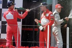 Podio: ganador de la carrera Michael Schumacher, Ferrari, segundo lugar Eddie Irvine, Ferrari, y tercer lugar Mika Hakkinen, McLaren