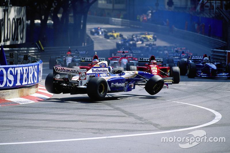 Start kazası - Monaco Grand Prix, 1995: David Coulthard, Williams-Renault, Gerhard Berger ve Jean Alesi'nin Ferrari'leri arasında sıkışıyor