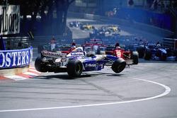 Accidente en la salida para el gran premio de Mónaco, 1995: David Coulthard, Williams-Renault, entre el Ferrari de Gerhard Berger y Jean Alesi