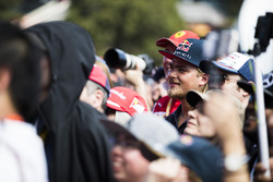 Fans ven a los pilotos en el escenario