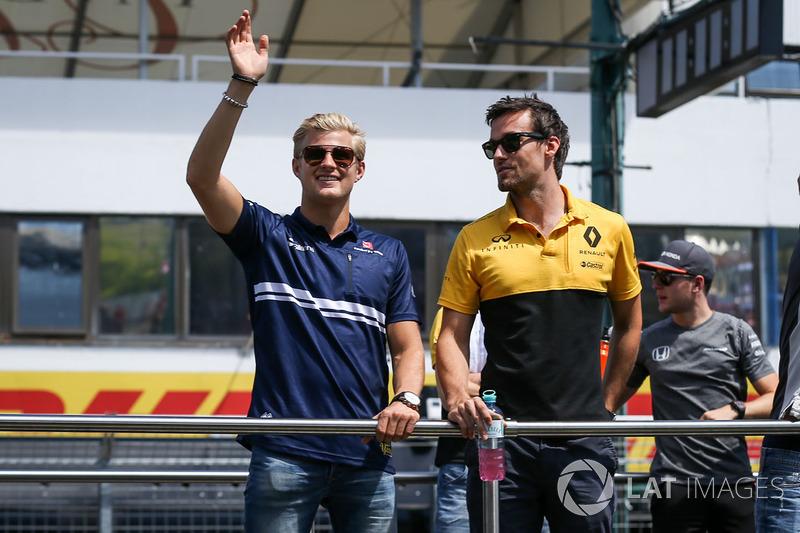 Marcus Ericsson, Sauber y Jolyon Palmer, Renault Sport F1 Team RS17 en el desfile de pilotos