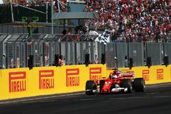 Переможець гонки Себастьян Феттель, Ferrari SF70-H, фінішує під картатим прапором