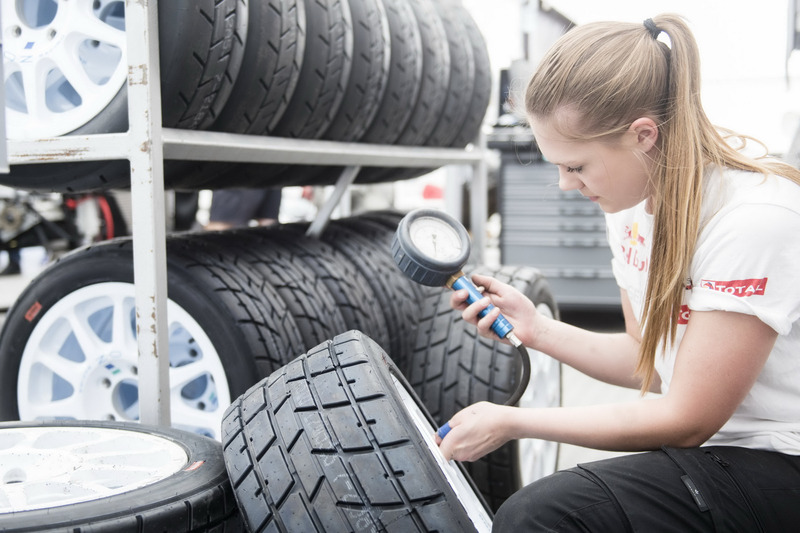 Mechanic check the tire pressure
