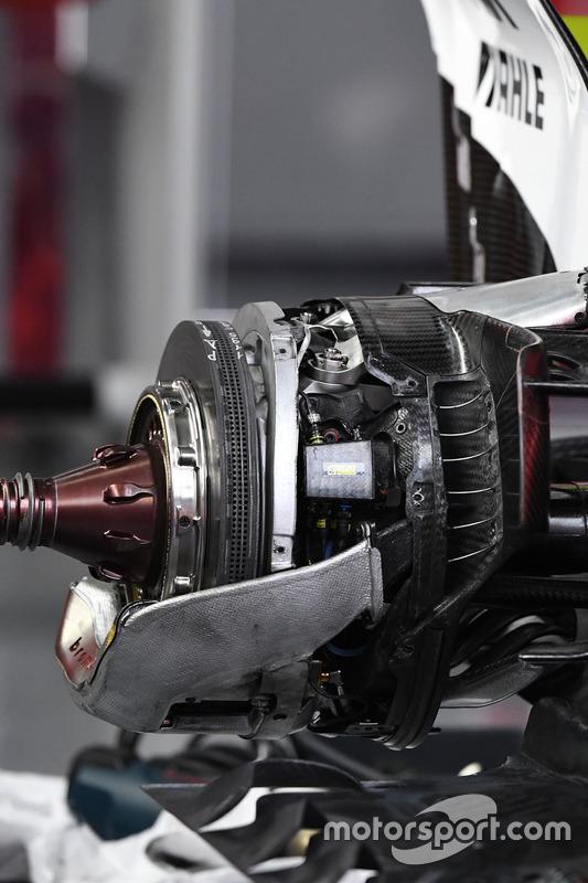 """تفاصيل المكابح الخلفيّة لسيارة فيراري """"اس.اف70اتش"""""""
