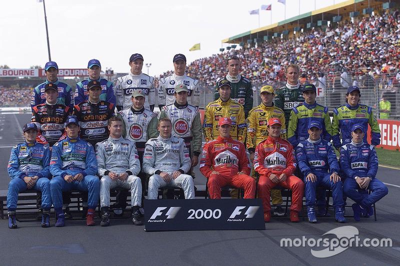Los pilotos de fórmula uno se reúnen para el inicio anual de año foto de grupo de pilotos: (detrás de la fila I-D) Pedro Diniz, Mika Salo, Jenson Button, Ralph Schumacher, Eddie Irvine y Johnny Herbert. (de izquierda a derecha de la fila del medio) Jos Verstappen, Pedro de la Rosa, Jacques Villeneuve y Ricardo Zonta,Heinz-Harald Frentzen, Jarno Trulli, Marc Gené and Gastón Mazzacane. (front row L-R) Giancarlo Fisichella, Alexander Wurz, David Coulthard, Mika Häkkinen, Michael Schumacher, Rubens Barrichello, Jean Alesi and Nick Heidfeld