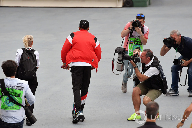 Lewis Hamilton, Mercedes-AMG F1 bermain skuter
